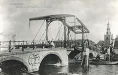 1980-1851 De Hogebrug over de Delfshavense Schie gezien vanaf de Delfshavensekade. Op de achtergrond rechts de ...