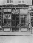 1980-1890 Winkeltje het Wapenmagazyn aan de Hoofdsteeg 29 met voor het raam Jan Stok en Antje.