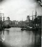 1980-1908 De Leuvehaven, op de achtergrond midden de Zeevischmarkt, links de koepel van de Sint-Dominicuskerk, rechts ...