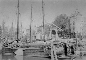 1980-1910 Gezicht op de Blaak met de Keizersbrug, daarachter de Zeevischmarkt, rechts de Noordblaak.