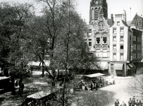 1980-2061 De Grotemarkt, rechts de Wijde Marktsteeg, op de achtergrond de toren van de Sint-Laurenskerk, gezien vanaf ...