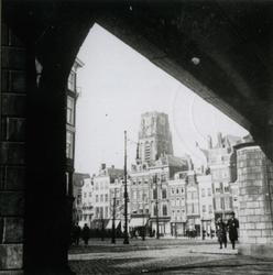 1980-2091 Zicht vanonder het spoorwegviaduct op de Grotemarkt.Op de achtergrond de toren van de Sint-Laurenskerk.