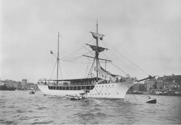 1980-3447 Het opleidingsschip voor de zeevaart de Nederlander gemeerd aan boeien op de Nieuwe Maas bij de Maaskade. ...
