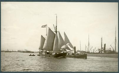 1980-3448 Schepen op de Nieuwe Maas. Links op de achtergrond scheepswerf Gusto te Schiedam en net achter het zeilschip ...
