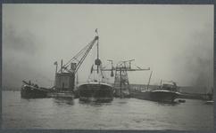 1980-3452 Overslag van massagoed in de Waalhaven. Links van het zeeschip de Vulcaan no.2 , de hijskraan rechts is de ...