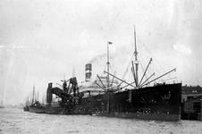 1980-3533 De Nieuwe Maas met passagiersschip de Nieuw Amsterdam en een kolenlichter en bunkerinstallatie aan de ...