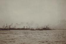 1980-3534 De Nieuwe Maas met schepen aan boeien 9 en 10 voor de 1e, 2e en 3e Katendrechtse hoofd.