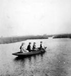 1981-1232 Gezelschap van vier personen in een bootje in de omgeving van de Groene wetering.