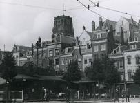 1981-509 De Grotemarkt met een poffertjeskraam.Op de achtergrond de toren van de Sint-Laurenskerk.