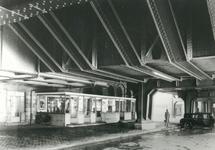 1981-544 Toegang tot Station Beurs, links de loketten, rechts taxi's, gezien onder het spoorwegviaduct.