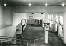1981-546,-547 Loketten en telefoontoecellen in de hal van Station Beurs.