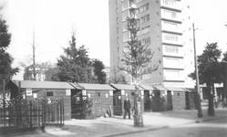 1981-659 De Coolsingel met links het hek van de ondergrondse urinoir en op de achtergrond flatgebouw het Erasmushuis ...