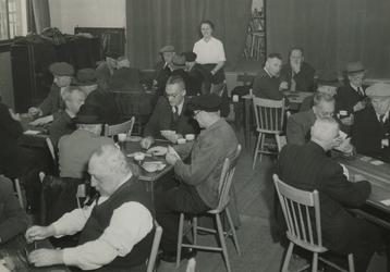 1981-796 Ouden van dagen-club voor vrouwelijke vrijwilligers, in Crooswijk's volkshuis in de Van Reynstraat.