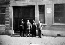 1982-2127-1-EN-2 NV Hollandsche Kleefmachinefabriek aan de Sint-Mariastraat. De arbeiders voor de deur van het ...