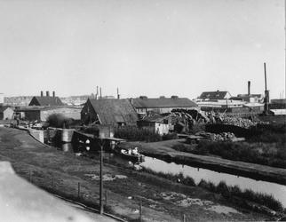 1983-2915 Gezicht op de schutsluis over het Kralingse Verlaat, vanaf een huis aan de Jaffakade.
