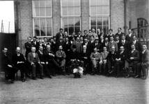1983-3436 Groepsfoto is gemaakt ter gelegenheid van de afscheid leraar Duits dhr. Horn, op de binnenplaats van de ...