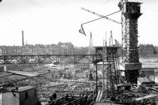 1983-89-TM-92 Bouwen van de Pieter de Hoochbrug over de Coolhaven.Afgebeeld van boven naar beneden:-89: bouwfase (23 ...