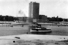 1983-93 Rondvaartboot Geisha in de Coolhaven met op de achtergrond het GEB-gebouw aan de Rochussenstraat. Op de ...
