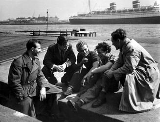 1984-181 Leerlingen van de zeevaartschool in gesprek met binnenvaartschippers. Op de achtergrond de Nieuwe Maas met ...