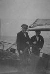 1984-186 Directeur T. Westerhof (links) van de Hogere zeevaartschool aan het roer van een zeilschip, mogelijk de ...