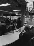 1984-75 Hulp- en Informatiecentrum (HIC) in de Centrale Bibliotheek aan de Hoogstraat. De balie van de dienst Midden- ...