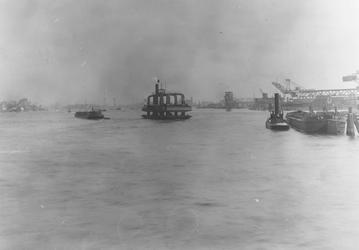 1986-1387 De Nieuwe Maas, met in het midden het wagenveer, rechts de S.H.V. aan de Maashaven.