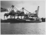 1986-1583 Het Griekse motorschip Fox wordt in de Waalhaven (Pier 5) bij European Shipping Transport (E.S.T.) geladen ...