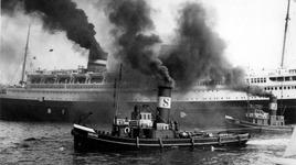 1986-1797 Het vertrek van de Nieuw Amsterdam, omringd door de sleepboten Siberië en Java op de Nieuwe Maas.