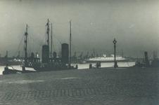 1986-1800 Sleepboot Java aan de Boompjeskade, aan de Nieuwe Maas.Op de achtergrond het vertrek van passagiersschip de ...