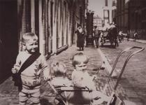1986-1836 Kinderen van de familie Kleingeld op Koninginnedag, ter hoogte van huis nr. 50 in de Hoveniersstraat. Links ...