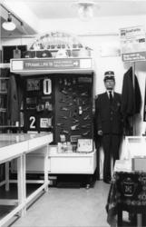 1987-348 Kasten en vitrines met gebruikte objecten van het openbaar vervoer in het vervoersmuseum van de heer Krieg.
