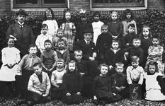 1987-852 Schoolklas van de Openbare Lagere School aan de Baan. In het midden, het hoofd van de school, de heer Jordans.