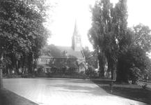 1989-3068 De Waalse kerk aan de Boshoek, gezien vanaf het schoolplein van de openluchtschool.