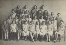 1989-3201 Groepsfoto van meisjes met schooljuffrouw, school voor gewoon lager onderwijs aan de 's-Gravendijkwal.