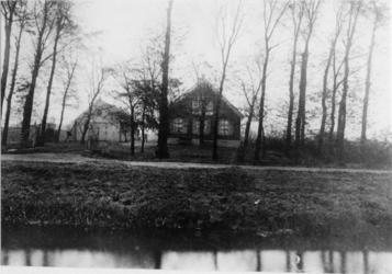 1991-3350 De boerderij 'Spiegelnisse' aan de Veenweg.