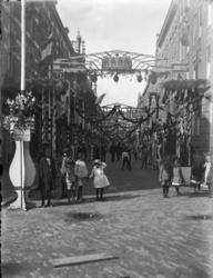 1992-817 Gezicht op de versierde Helmersstraat.