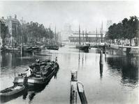 IV-21-3 De Leuvehaven, op de achtergrond in het midden de Zeevischmarkt, links de koepel van de Sint-Dominicuskerk, ...