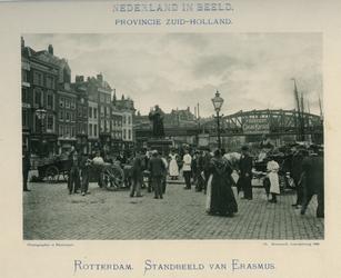 IV-31-6 Standbeeld van Erasmus op de Grotemarkt, links panden aan het Steiger (later ook Grotemarkt).Op de achtergrond ...