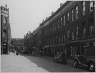 IX-110 Gezicht in de Batavierenstraat met rechts nummers 5 en 7 de waterstokerij. Op de achtergrond de West-Kruiskade.