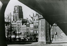 IX-1102-01 Zicht vanonder het spoorwegviaduct op de Grotemarkt.Op de achtergrond de toren van de Sint-Laurenskerk.