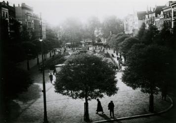 IX-1103 De Grotemarkt met midden op de achtergrond het standbeeld van Erasmus, gezien vanaf het spoorwegviaduct.