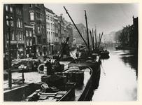 IX-1127 De Delftsevaart en het Haagseveer panden 36-42, links de Paddengang (na het pand naast Van den Toorn), gezien ...
