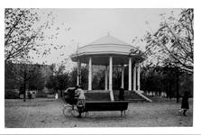 IX-1151-04 Gezicht op het Heemraadsplein met muziektent.
