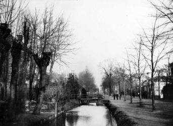 IX-1236-02 Gezicht op de bruggetjes in de Hoflaan.