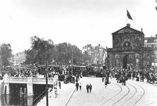 IX-1249-09 Het Hofplein, Coolsingel en rechts de Delftse Poort tijdens Koninginnedag, gezien vanaf de Schiekade.