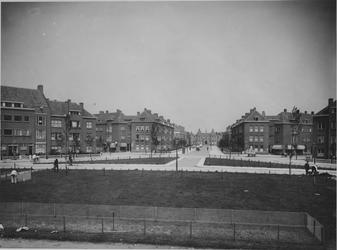 IX-1403 Gezicht op het P.C. Hooftplein uit het zuidoosten.