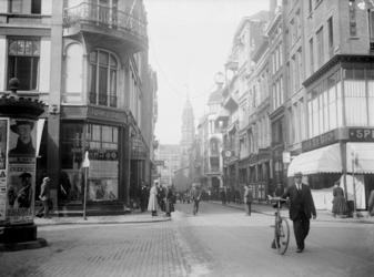 IX-1416-2 De Hoogstraat. Rechts het Spui.