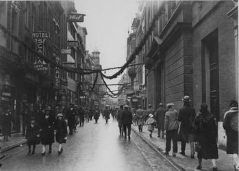 IX-1424-04 De Hoogstraat, tijdens winkelweek.