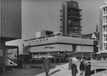 IX-1442-01-120-01 De Vlasmarkt en de Hoogstraat met warenhuis Galeries Modernes. Op de achtergrond de toren van de ...
