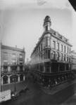 IX-1446-06 De Houttuin, gezien vanaf de Hoofdsteeg, links restaurant 't Verguld Spinwiel, rechts kledingwarenhuis Esders.